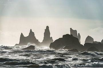 Tempête à Reynisdrangar dans le sud de l'Islande sur Gerry van Roosmalen