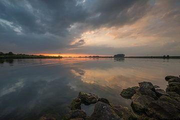 Zonsondergang bij de rivier de Lek van Moetwil en van Dijk - Fotografie