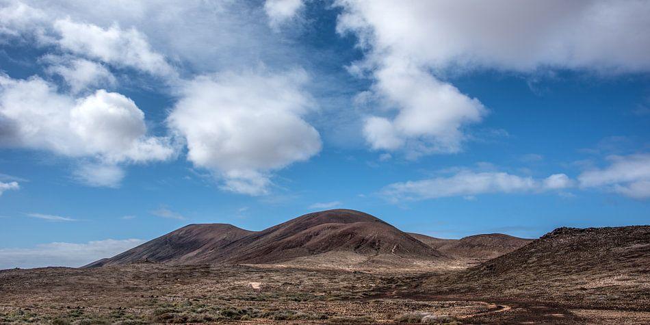 Landschap op La Graciosa met een heldere wolkenlucht