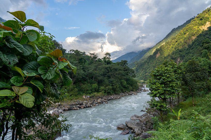 Rivier in Nepal Annapurna regio van Tessa Louwerens