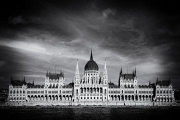 Budapest Parlament Frontansicht auf Donau in Schwarz und Weiß von Andreea Eva Herczegh
