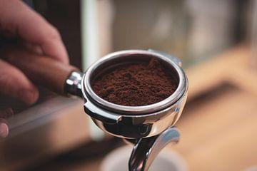 Een portret van een portafilter vol gemalen koffiebonen. van Joeri Mostmans
