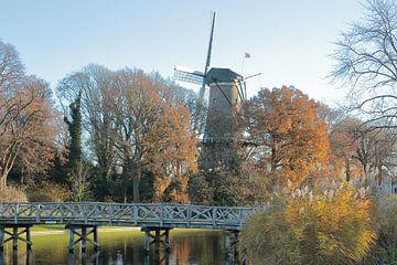 Alkmaar stadsgezicht met molen van Piet, gracht, nassaubrug en bolwerk van Ronald Smits