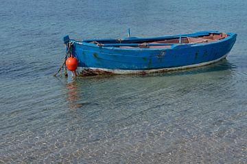 Een houten boot in het water van Ulrike Leone
