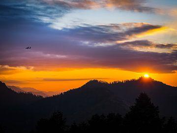 Nepal - Annapurna Track Himalaya - De eerste zonnestralen over de bergen bij Poon Hill van Rik Pijnenburg