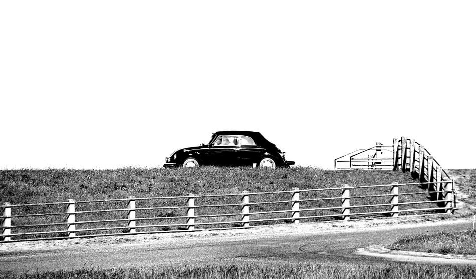 Klassieke Volkswagen op de dijk. van Gerda H.