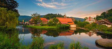 Panorama van vakwerkhuizen in Schiltach tijdens zonsopkomst