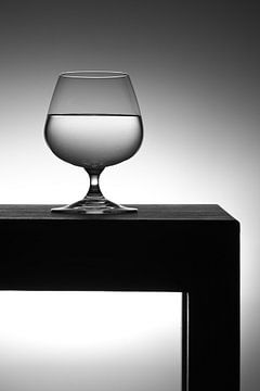 Glas water op tafel van Geert D