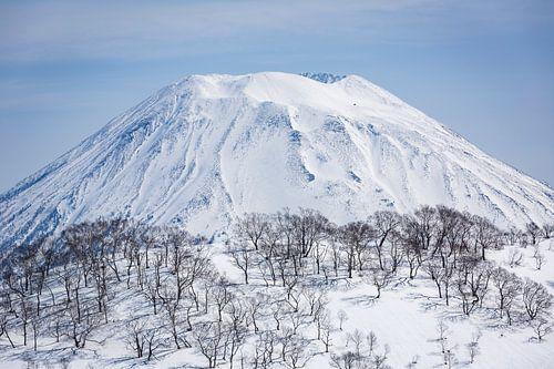 Mount Yotei. Besneeuwde vulkaan in Japan van