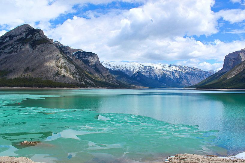 Lake Minnewanka in Canada van Sabine De Gaspari