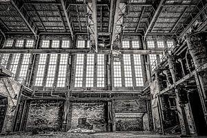 Fenster und Heizkessel in einem stillgelegten Kraftwerk