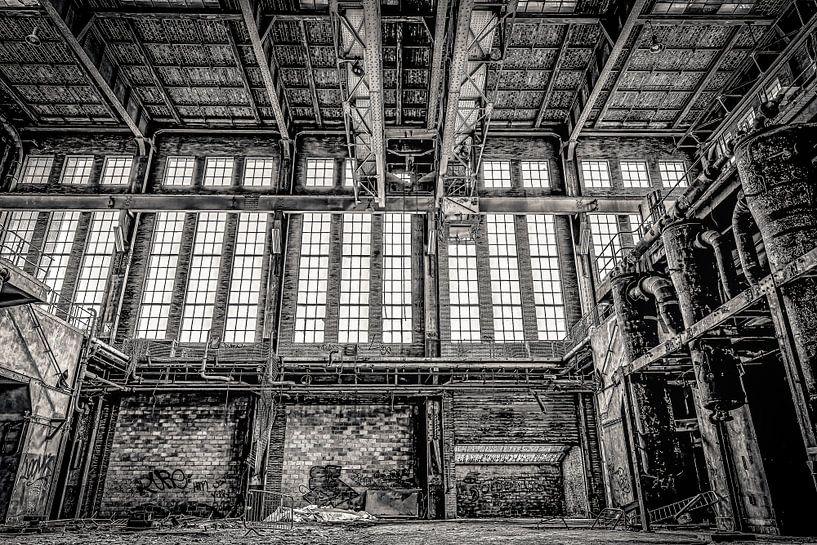 Fenster und Heizkessel in einem stillgelegten Kraftwerk von Okko Huising - okkofoto