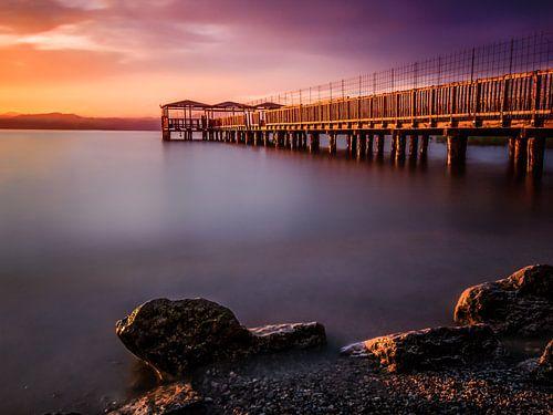 Pier bij zonsondergang van