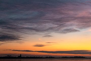 Zonsondergang aan zee met wolken van Sia Windig