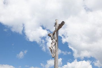 Holzkreuz mit gekreuzigtem Christus in Seceda Dolomiten