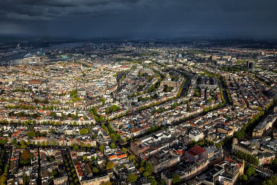 luchtopname van een stevige regenbui boven het centrum van Amsterdam
