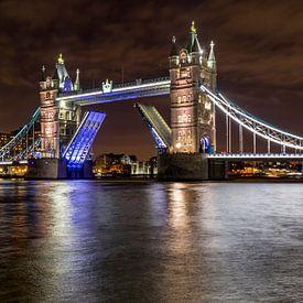 Tower Bridge by night van Easycopters