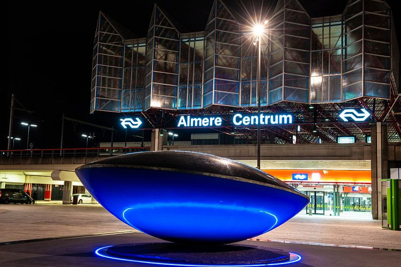 Centraal Station Almere Stad bij Nacht van Brian Morgan