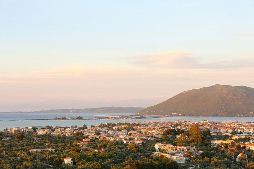Lefkada stad bij zonsondergang / Griekenland van Shot it fotografie