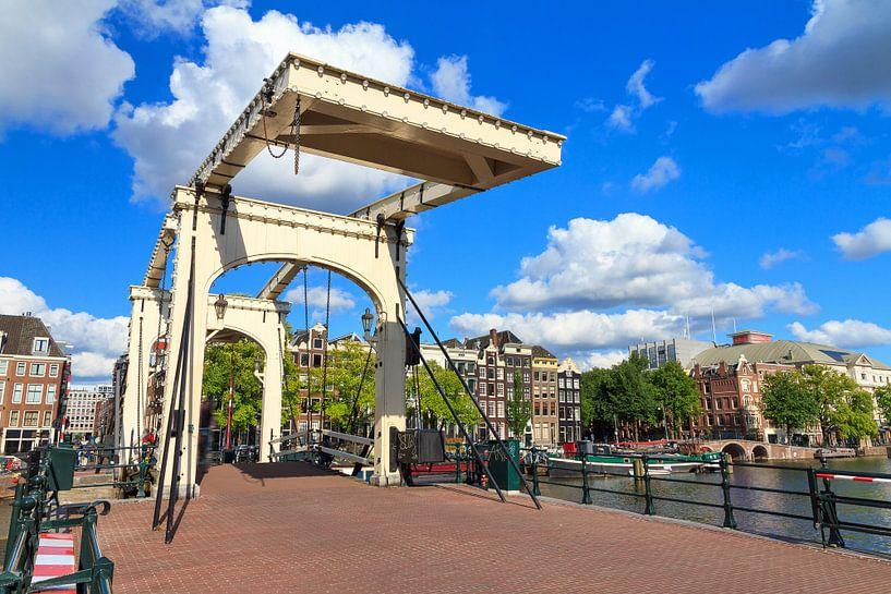 Magere brug Amsterdam met blauwe lucht van Dennis van de Water