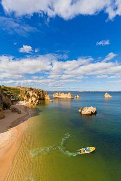 Pêcheurs sur la plage de Lagos au Portugal sur Werner Dieterich