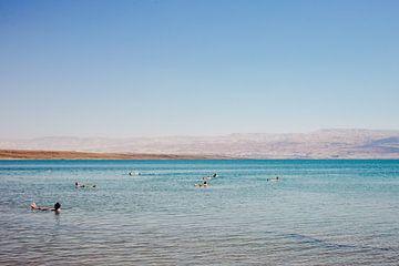 Drijven in de Dode Zee van Lauri Miriam van Bodegraven