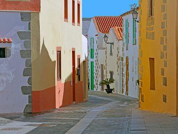 Doorkijk straatje Aguïmes te Gran Canaria van Ronald Smits