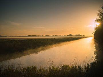 Sonnenaufgang am Wasser