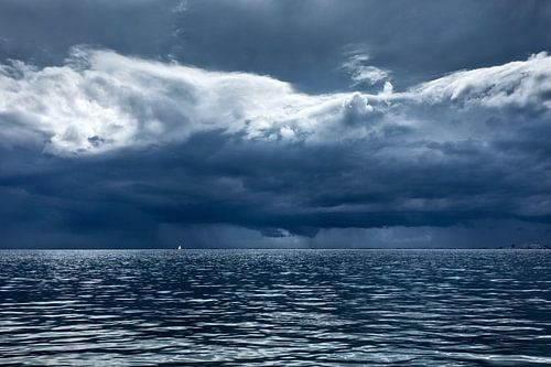 Dreigende stormwolken boven de Waddenzee