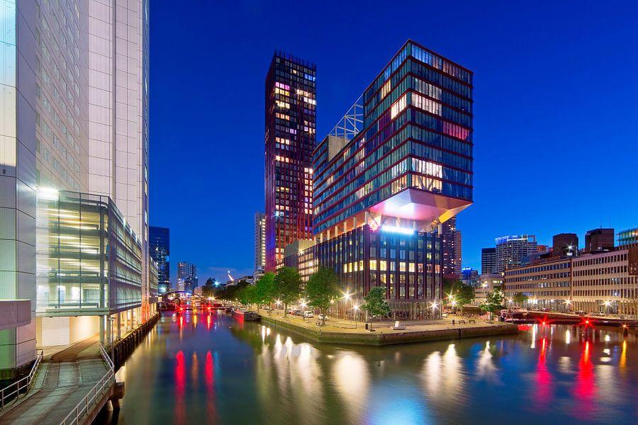 Nachtfoto The Red Apple te Rotterdam