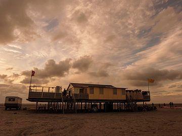 Strandhuis met wolken op Schier sur Anneriek de Jong