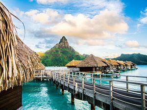 Bungalows boven lagune op Bora Bora van Ralf van de Veerdonk