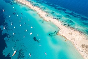 Blauwe zee bij Ibiza van jody ferron
