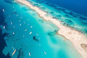 Blauwe zee bij Ibiza
