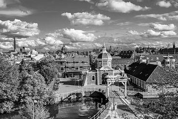 Morspoort Leiden  in zwart wit van Dirk van Egmond