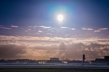 Rotterdam Airport in de ochtendmist van Fred Leeflang