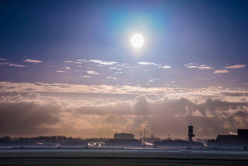 Der Flughafen Rotterdam im Morgennebel von Fred Leeflang