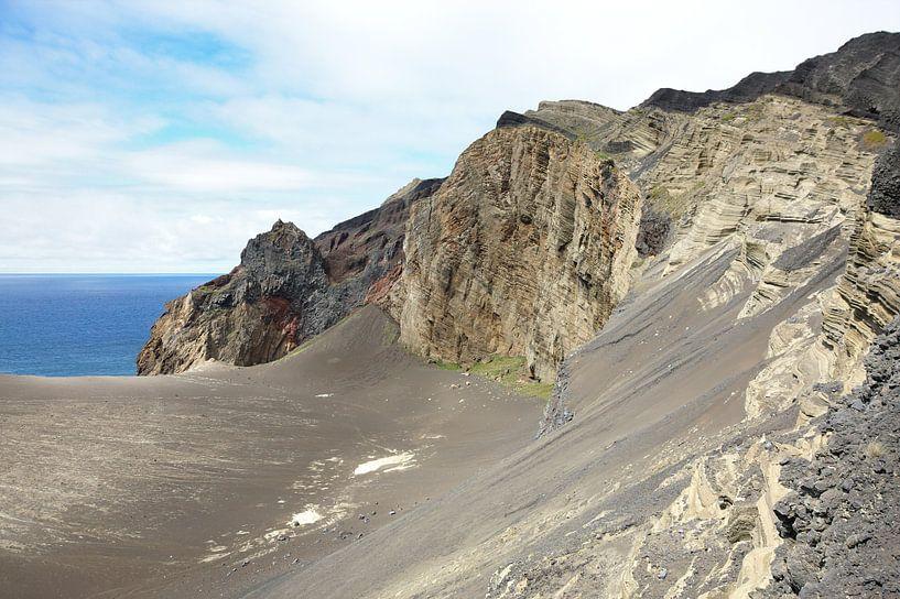 Grober Lavahügel. Ein rauer Lavahügel mit Felsen und sichtbaren Bodenschichten. Der gesamte Hang ist sur Jan Brons