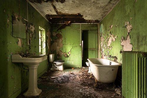 Grünes Badezimmer im Verfall.