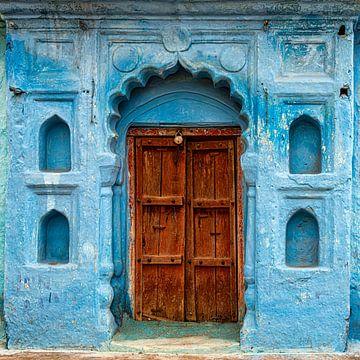 Blaue Fassade in Orccha, Indien von Theo Molenaar