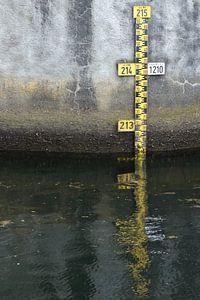 Muur met waterstand meter