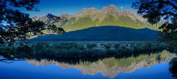 Mirror Lake in Fiordland, Nieuw Zeeland van Rietje Bulthuis