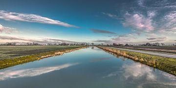 Het nieuwe afwateringskanaal nabij Vijfhuizen in Friesland von Harrie Muis