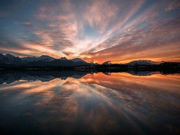 Majestätischer Sonnenuntergang am Hopfensee im Allgäu von Leo Schindzielorz