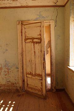 Vervallen deur van Erna Haarsma-Hoogterp
