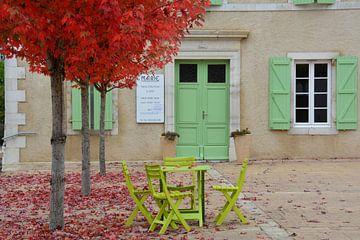 Frans dorpsplein met gele stoeltjes in de herfst van My Footprints