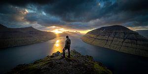 De zonsondergang boven de Faeröer eilanden van