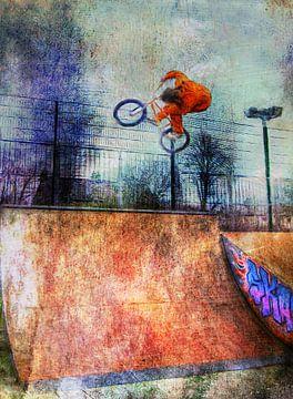 Skater macht einen Stunt in einem Skatepark