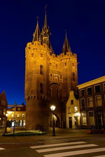 Sassenpoort in Zwolle in de avond van Sjoerd van der Wal