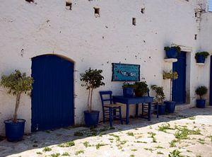 typisch blauw en wit straatje op kreta
